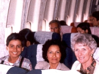 2 Avril 1992: A la gauche d'Albeiro, sa mère et la consul de France à Bucaramanga.