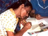 Comme à l'école, les abuelitas font de lignes de consomnes et voyelles.