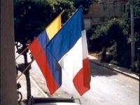 ... à l'ombre des deux drapeaux, de Colombie et de France.