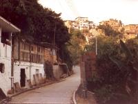 Découverte du cadre: Un pauvre quartier, au pied d'un plateau