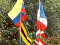 Quatre drapeaux flotteront: La France et le Pays Basque; La Colombie et le département du Santander.