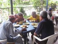 adultos-mayores-almorzando-005