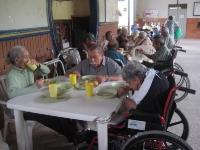 adultos-mayores-almorzando-009